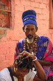 HAVANA, CUBA - JANUARI die 20, de afro-Cubaanse mens van 2013 dreadlock h doen Stock Foto's