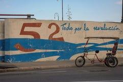 HAVANA, CUBA - JANUARI 20, het park van de de Fietstaxi van 2013 op straat in H Royalty-vrije Stock Afbeeldingen