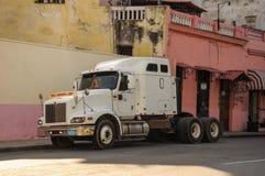 Havana, CUBA - JANUARI 20, 2013: Oude klassieke Amerikaanse autoaandrijving Stock Foto's
