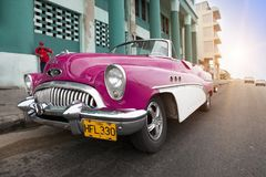 HAVANA, CUBA 27 JANUARI, 2013: Oude retro auto op de straat in Oud Havana, Cuba Stock Foto