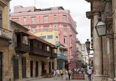 HAVANA, CUBA 27 JANUARI, 2013: toeristen op de straat van oud Havana Stock Fotografie