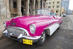 HAVANA, CUBA 27 JANUARI, 2013: vrouw die de oude auto op de straat in Oud Havana drijven Stock Afbeelding