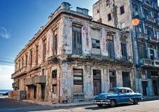 HAVANA, CUBA - JULI 12, 2016 Blauwe uitstekende klassieke Amerikaanse auto, Royalty-vrije Stock Foto's
