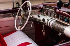 Havana, Cuba - 2019 Klassieke Amerikaanse die auto als taxi in Oud Havana wordt gebruikt stock foto