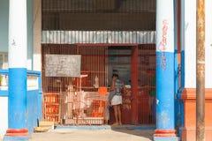 Havana, Cuba Mercearia velha autêntica clássica na cidade Havana Suportes cubanos na frente do contador imagem de stock royalty free