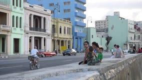 HAVANA, CUBA - OKTOBER 20, 2017: Havana Old Town met de weg van Toeristenmalecon met Oude Voertuigen en Mensen stock videobeelden
