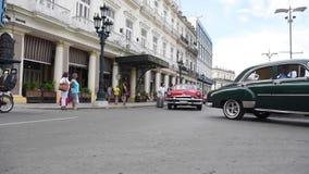 HAVANA, CUBA - OKTOBER 20, 2017: Havana Old Town met Toeristen Oude Voertuigen en Mensen stock videobeelden