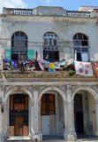 Havana, Cuba: Prédio de apartamentos com lavagem Fotos de Stock