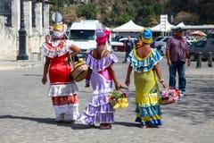 Havana/Cuba - 15 Sept. 2018: Traditionele kleurrijke Cubaanse kostuums versleten door de dames van Havana op de straat van Havana royalty-vrije stock afbeeldingen