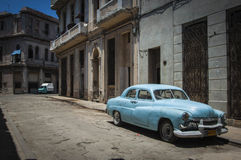 HAVANA/CUBA 4TH JULI 2006 - gamla amerikanare i gatorna av Arkivfoto