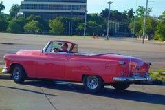 Havana, Cuba - Uitstekende klassieke Amerikaanse auto's die als taxi op het oriëntatiepunt Plaza DE La Revolucion in Havana diene Stock Foto