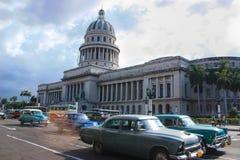 07/07/2015, Havana, Cuba: Um de poucos cursos um do tempo pode ainda fazer no planeta A rua movimentada em Cuba parece como os an foto de stock royalty free