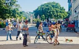 HAVANA-DECEMBER 30 :在城市12月3日的老部分的街道 免版税图库摄影