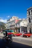 HAVANA-DECEMBER 30 :在城市12月3日的老部分的街道 免版税库存图片