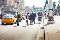 HAVANA-DECEMBER 30 :在城市12月3日的老部分的街道 免版税库存照片