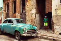 HAVANA - FEBRUARY 18: Classic car and antique buildings on Febru Royalty Free Stock Photography