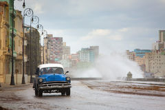 HAVANA - FEBRUARY 19: Classic car and antique buildings on Febru Royalty Free Stock Photography
