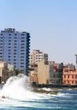 Havana - Golven die tegen Malecon verpletteren Stock Afbeeldingen