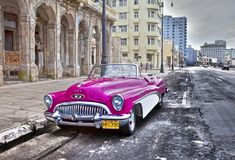 HAVANA 27 JANUARI, 2013: Oude Amerikaanse retro auto 50ste jaren van de laatste eeuw, een iconisch gezicht in de stad, op de Male Royalty-vrije Stock Afbeelding