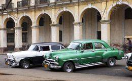 HAVANA 27-2013 JANUARI: Oude retro auto a in de stad, op de straat in Oud Havana, Cuba Royalty-vrije Stock Foto