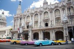Havana, Kuba Ansicht von Weinleseautos und -Altbau nahe dem Capitolio Stockfotografie
