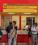 HAVANA, KUBA - 2. APRIL 2012: Touristen im Schlauch Marti-Flughafenkauf Stockfoto
