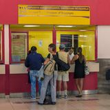 HAVANA, KUBA - 2. APRIL 2012: Touristen im Schlauch Marti-Flughafenkauf Stockbild