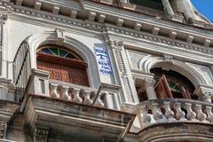 HAVANA, KUBA - 2. APRIL 2012: Ummauern Sie Zeichen über Verfügbarkeit von Räumen für Miete Stockfoto