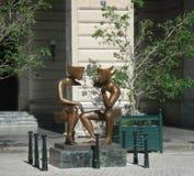 """HAVANA, KUBA - 24. Dezember 2013: Bronzeskulptur """"La conversacion† in San Francisco Square in Havana, Kuba Lizenzfreies Stockbild"""