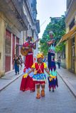 HAVANA, KUBA - 6. DEZEMBER 2015: Bunte Stelzentänzer in altem Havan Stockfotografie