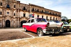 Havana, Kuba, am 12. Dezember 2016: Gruppe bunte Weinleseklasse Lizenzfreie Stockbilder