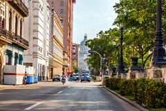 Havana, Kuba, EL Capitolio und Verkehr mit dem berühmten Amerikaner lizenzfreies stockbild