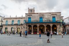 HAVANA, KUBA - 20. FEBRUAR 2016: Alte Kolonialbauten auf Quadrat Plaza de la Catedral in Habana Vieja lizenzfreies stockfoto