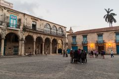 HAVANA, KUBA - 20. FEBRUAR 2016: Alte Kolonialbauten auf Quadrat Plaza de la Catedral in Habana Vieja stockfotos
