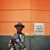 Havana, Kuba, am 12. Februar 2018: Erwachsene Wartezeiten des schwarzen Mannes am Eingang von Hotel Hambos Mundos stockfotografie