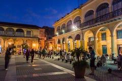 HAVANA, KUBA - 20. FEBRUAR 2016: Glättung Ansicht von alte Kolonialbauten auf Piazza Vieja-Quadrat in Havana Viej lizenzfreies stockbild