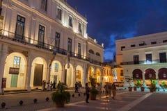 HAVANA, KUBA - 20. FEBRUAR 2016: Glättung von Ansicht von alten Kolonialbauten auf Piazza Vieja-Quadrat in Havana Viej stockfotos