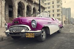 HAVANA, KUBA 27. JANUAR 2013: Altes Retro- Auto auf der Straße in altem Havana, Kuba Retro- Effekt Lizenzfreie Stockbilder