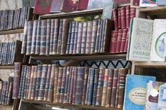 HAVANA, KUBA - 27. JANUAR 2013: Buchhandlung mit den antiken und alten Büchern für Verkauf auf der Straße in der Mitte von Havana Stockbild