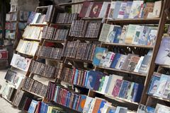 HAVANA, KUBA - 27. JANUAR 2013: Buchhandlung mit den antiken und alten Büchern für Verkauf auf der Straße in der Mitte von Havana Stockfotografie