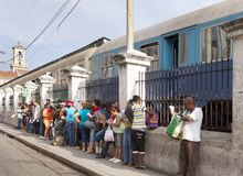HAVANA, KUBA 27. JANUAR 2013: Leute stehen in einer Reihe für Zug auf zentralem Bahnhof in Havana Lizenzfreies Stockfoto