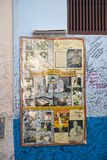 HAVANA, KUBA - 27. JANUAR 2013: Restaurant Bodeguita Del Medio Plakat mit Autogrammen über einen Eingang Dieses Restaurant war Fa Stockbilder