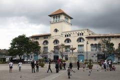 HAVANA, KUBA 27. JANUAR 2013: Touristen auf der Straße von altem Havana Lizenzfreies Stockfoto