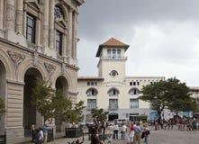 HAVANA, KUBA 27. JANUAR 2013: Touristen auf der Straße von altem Havana Lizenzfreie Stockfotos