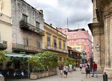 HAVANA, KUBA 27. JANUAR 2013: Touristen auf der Straße von altem Havana Lizenzfreie Stockfotografie