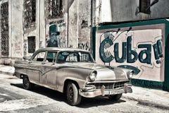 HAVANA, KUBA 15. MÄRZ 2018: altes Auto in den Straßen von Havana mit den Wänden gemalt mit kubanischer Propaganda stockbilder