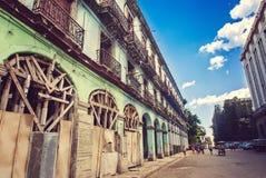 Havana, Kuba - März, 28. 2012: Typische Szene der alter Havana-Engestraße und -Altbaus, der lokalen Leute und der Touristen auf d Lizenzfreie Stockfotografie