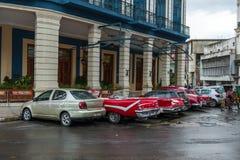HAVANA, KUBA - 21. OKTOBER 2017: Alte Autos in Havana, Kuba Lizenzfreies Stockfoto