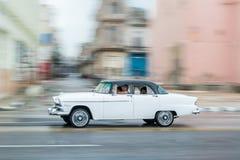 HAVANA, KUBA - 21. OKTOBER 2017: Altes Auto in Havana, Kuba Pannnig Retro- Fahrzeug normalerweise unter Verwendung als Taxi für l lizenzfreie stockfotos