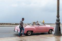 HAVANA, KUBA - 21. OKTOBER 2017: Altes Auto in Havana, Kuba Pannnig Retro- Fahrzeug normalerweise unter Verwendung als Taxi für l Stockfotografie
